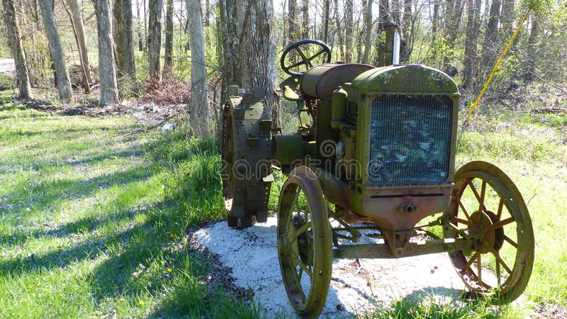 Vieux tracteur de ferme de mode photographie stock libre de droits