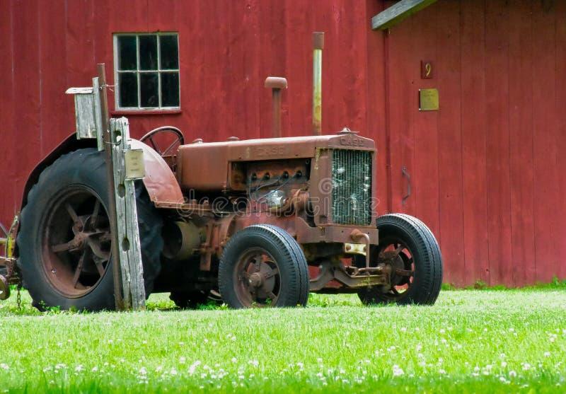 Vieux tracteur du village pionnier images stock