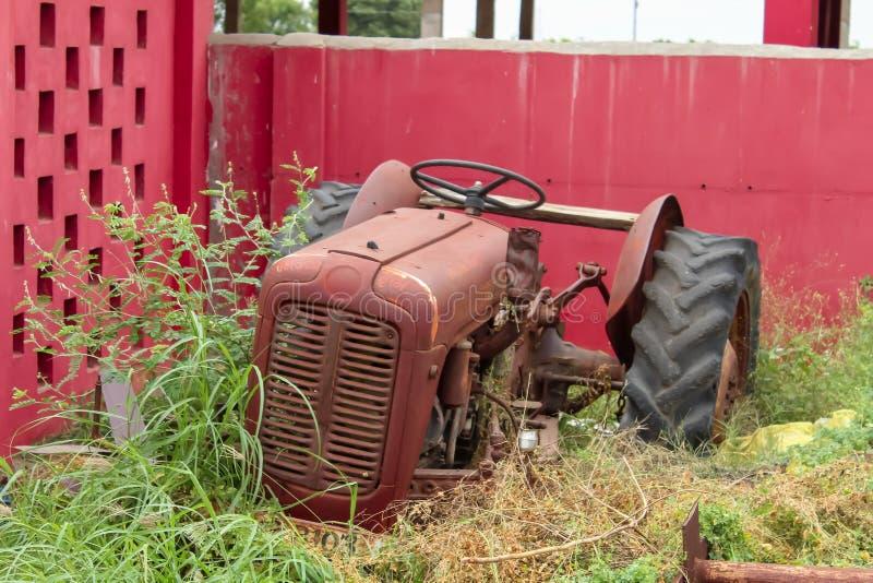 Vieux tracteur même dans le domaine, vue supérieure de vieux tracteur dans la ferme photographie stock