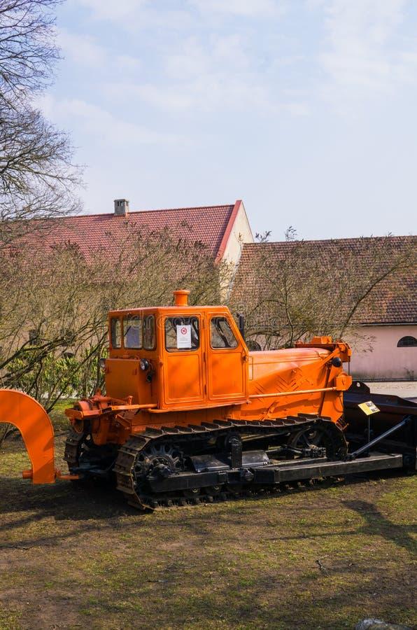 Vieux tracteur pour mener à bien les travaux agricoles dans un domaine à une ferme 7 avril 2019 latvia photo libre de droits