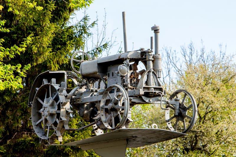 Vieux tracteur sur le museum_ de piédestal en plein air photos stock