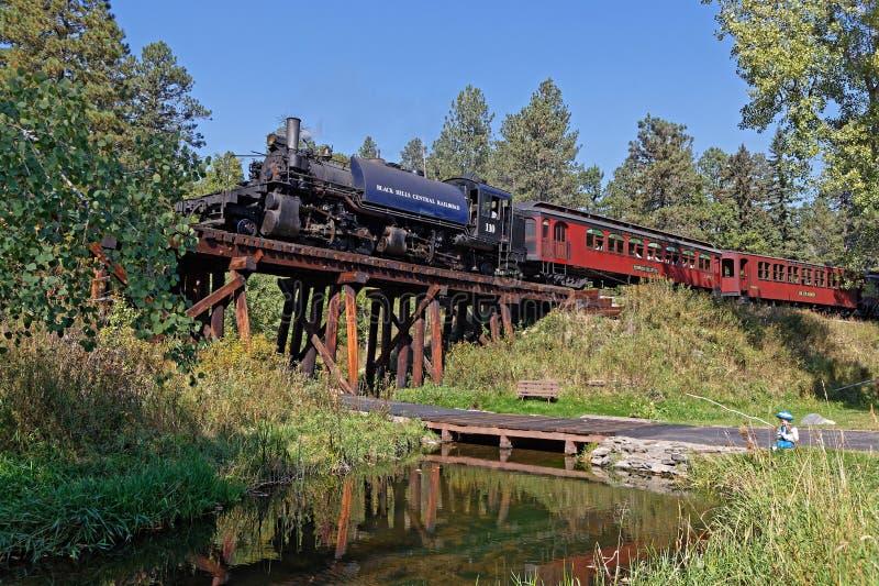 Vieux train de vapeur sur un pont en bois photo libre de droits