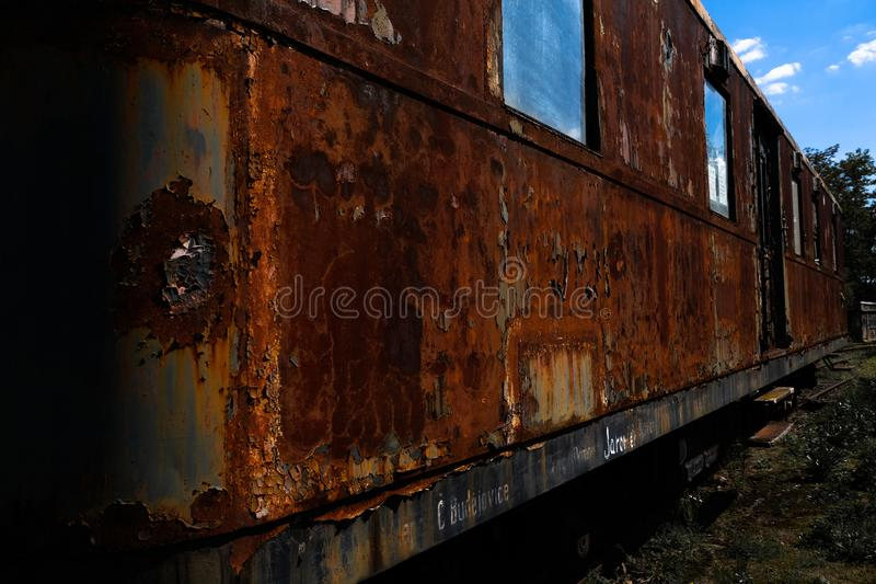 Vieux train se rouillant loin dans le dépôt images stock