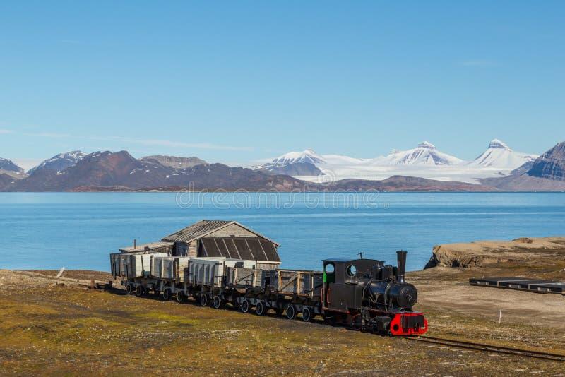 Vieux train industriel dans Ny Alesund, Spitzbergen, le Svalbard, bleu photos stock