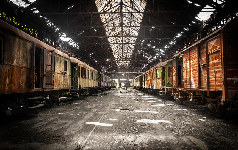 Vieux trains au dépôt de train abandonné photos stock