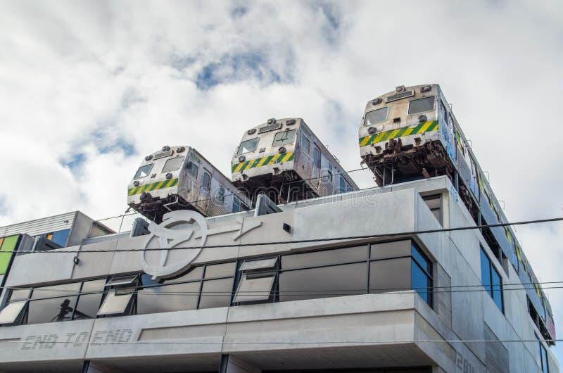 Vieux trains sur le toit d'un bâtiment dans Collingwood, Melbourne, Australie image libre de droits
