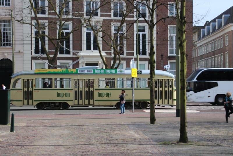 Vieux tram de PCC dans la couleur jaune dans les rues de Den Haag en tant que ligne de guidage de touristes photographie stock