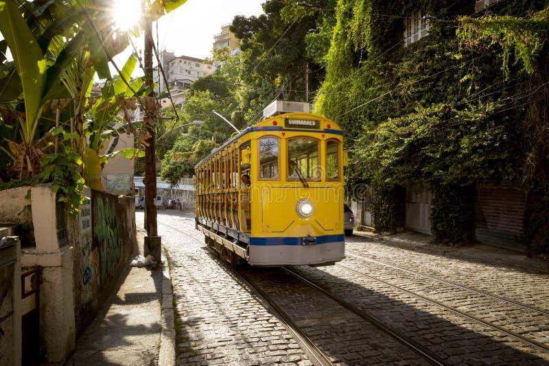 Vieux tram jaune en secteur de Santa Teresa en Rio de Janeiro, Braz photos libres de droits