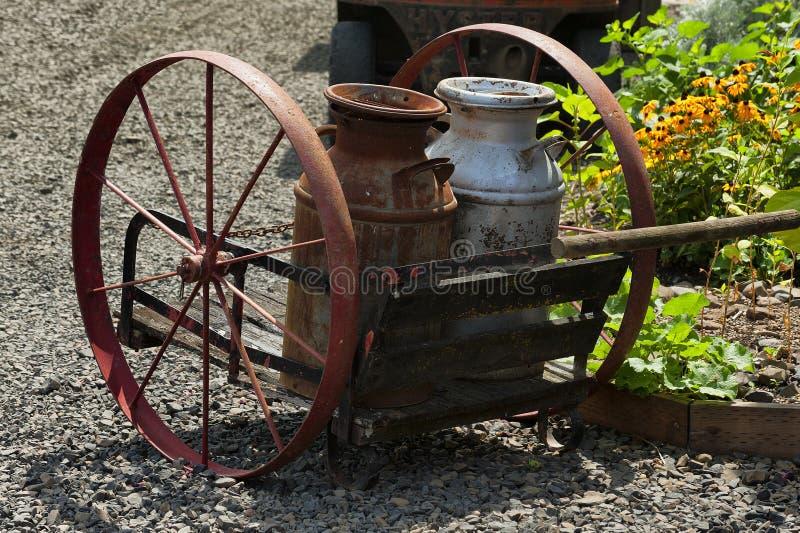 Vieux transporteur de boîte de lait de fer photo libre de droits