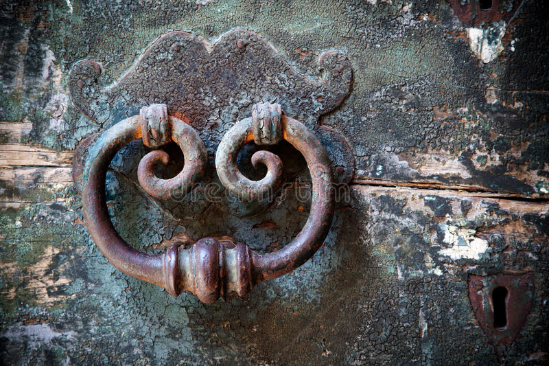 Vieux trappe-heurtoir avec le trou de la serrure photographie stock