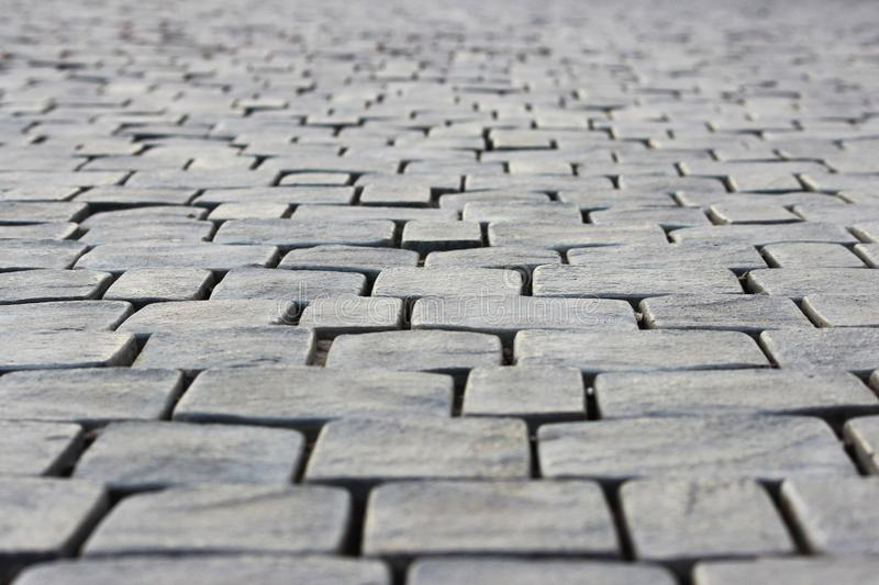Vieux trottoir de pavé rond des pierres carrées près de la montagne de Sugarloaf République de la Crimée abrégez le fond photo libre de droits