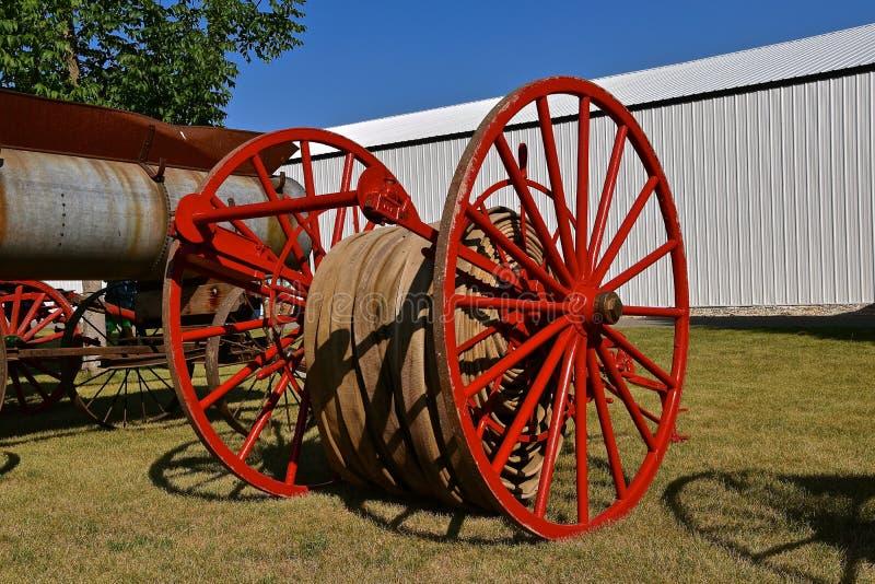 Vieux tuyau, chariot, et équipement de lutte contre l'incendie photographie stock