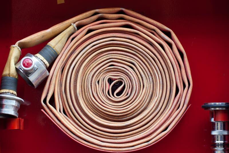 Vieux tuyau d'incendie rouge images stock