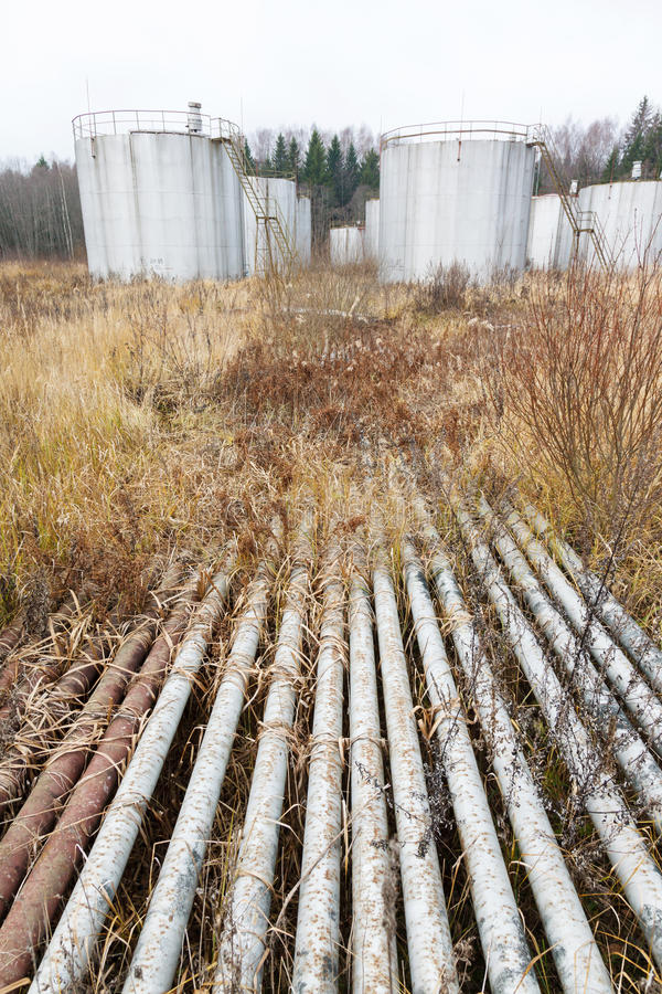 Vieux tuyaux et réservoirs rouillés image libre de droits