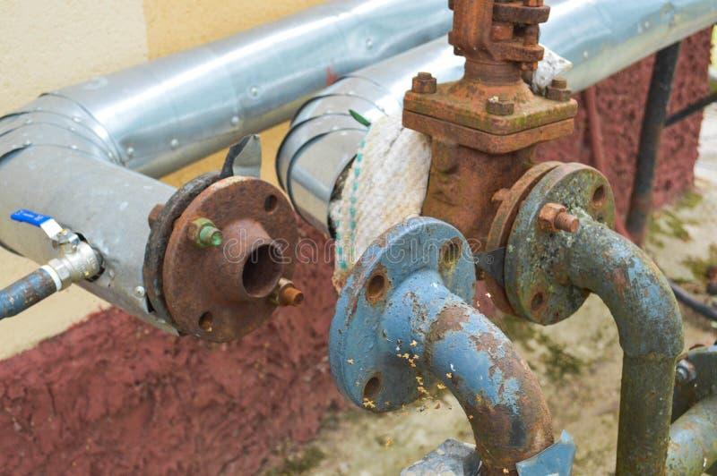 Vieux tuyaux industriels résistant à la corrosion rouillés en métal de fer avec des transitions de valves de brides et branches p photos libres de droits