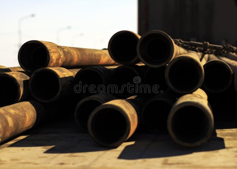 Vieux tuyaux rouillés après la réparation de puits de pétrole photo stock