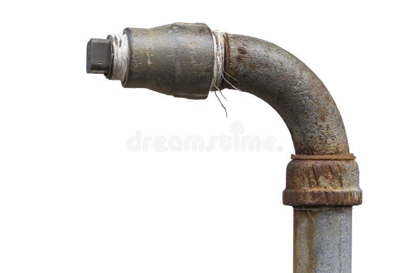 Vieux tuyaux rouill?s avec des robinets et garnitures d'isolement sur le fond blanc photos stock