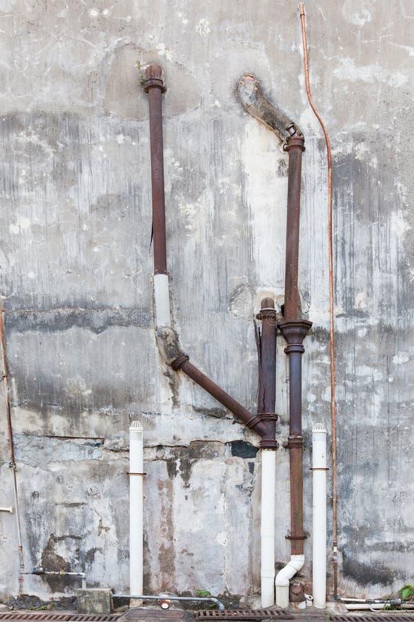 Vieux tuyaux sur le mur photographie stock libre de droits