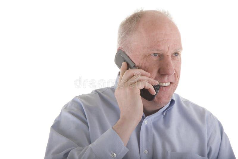 Vieux type dans la chemise bleue sur le téléphone portable images stock