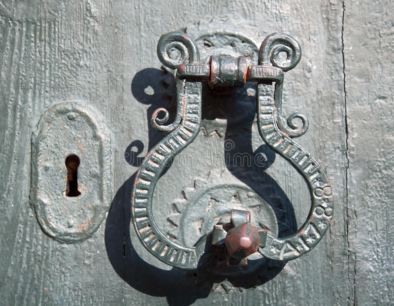 Vieux type méditerranéen de traitement de trappe en métal photographie stock