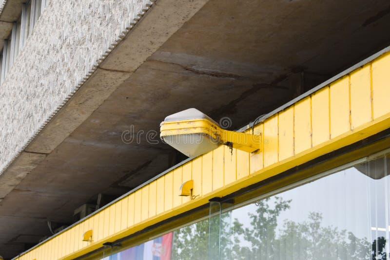 Vieux type réverbère réverbère sur le fond jaune images libres de droits