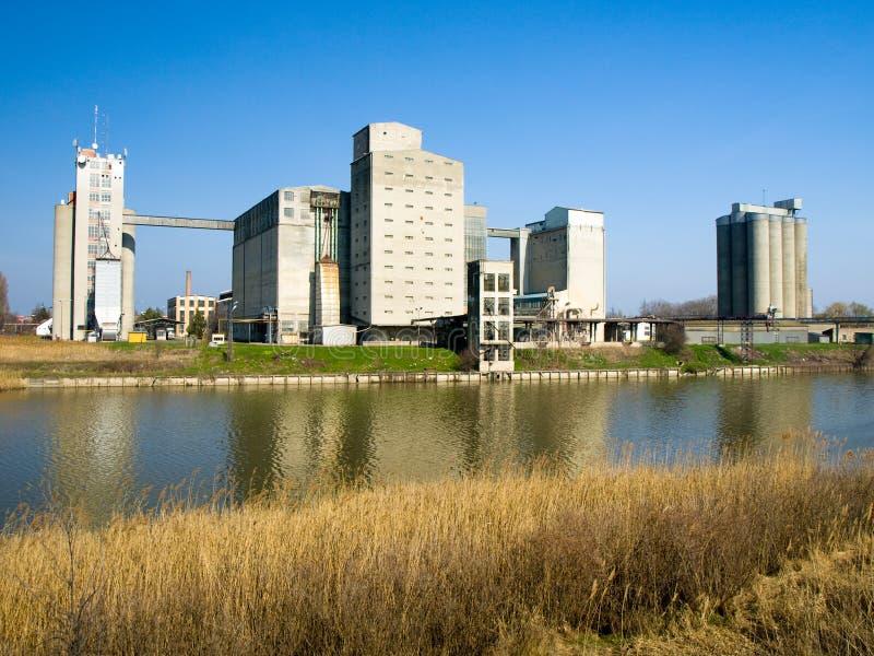 Download Vieux usines et fleuve photo stock. Image du usine, moulin - 8668190