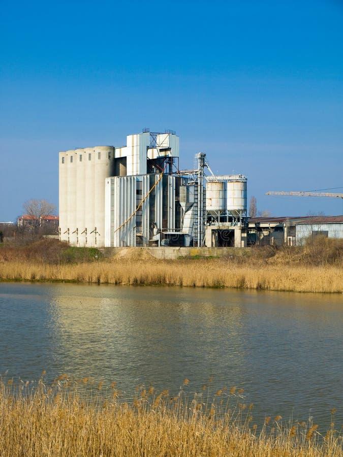 Download Vieux usines et fleuve photo stock. Image du diminuer - 8668314