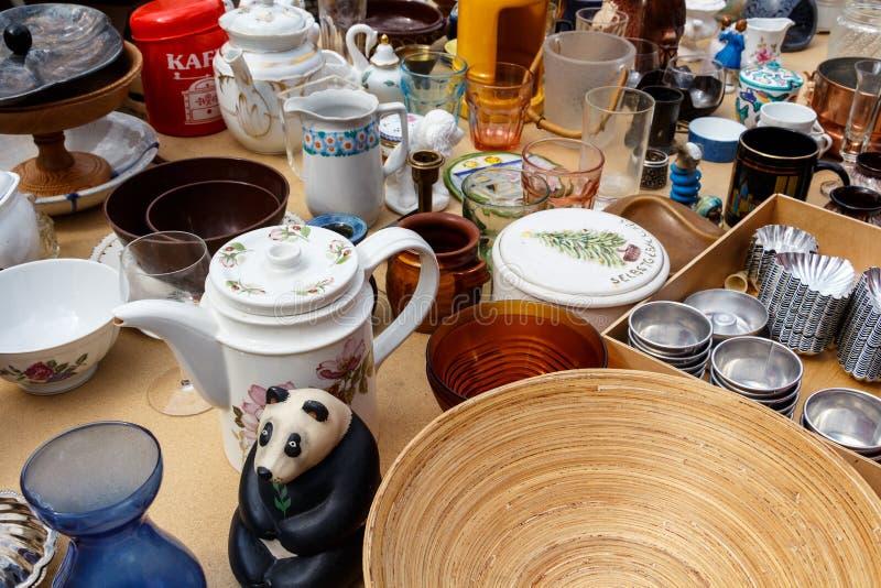 Vieux ustensiles de cuisine de vintage, verres, plats, chaudières, souvenir photos libres de droits