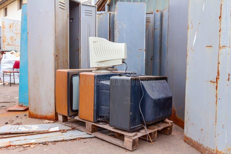 Vieux, utilisé et obsolète moniteur de TV et de PC avec la technologie de cathode image stock