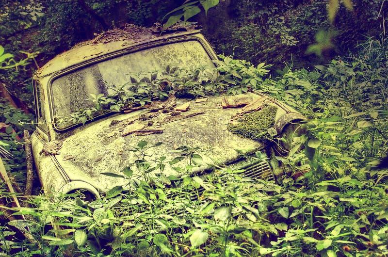 Vieux véhicule abandonné image libre de droits