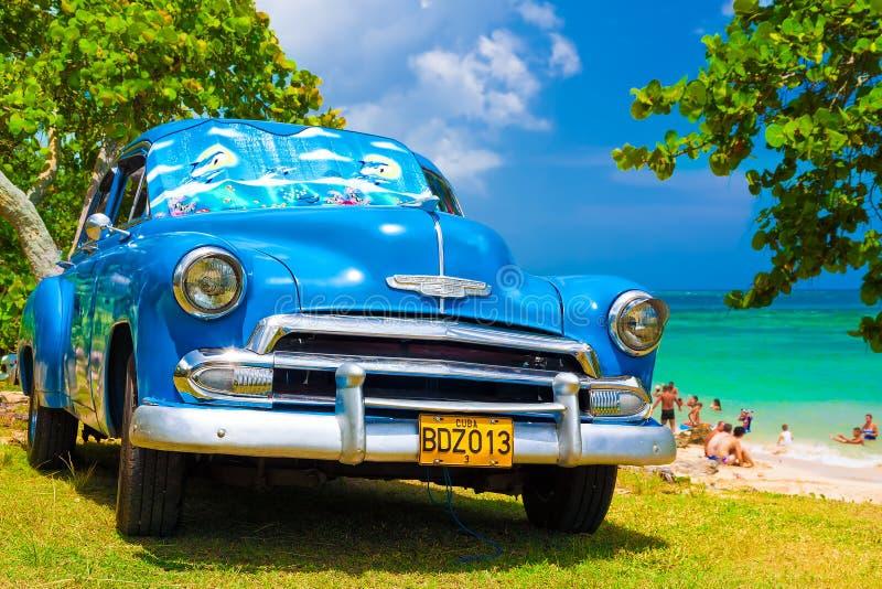 Vieux véhicule américain à une plage au Cuba photo stock