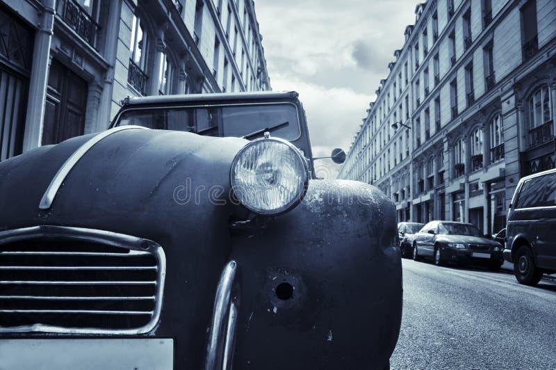 Vieux véhicule dans la rue de Paris image stock