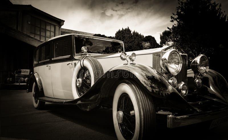 Vieux véhicule de cru et ciel bleu photographie stock
