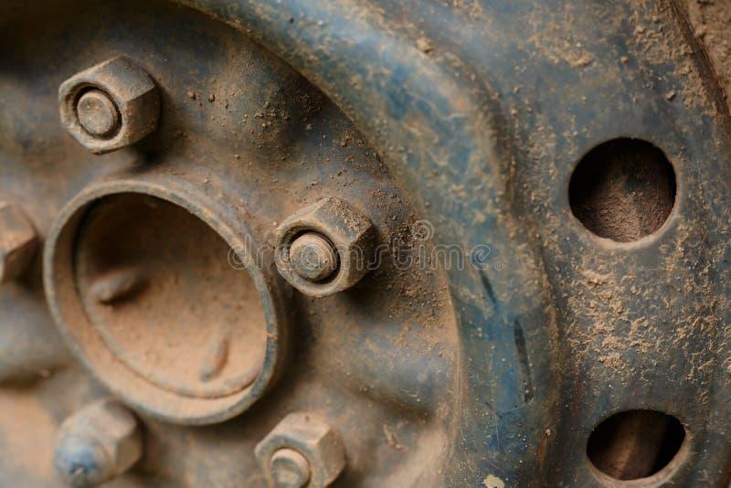 Vieux véhicule de voiture de roue d'alliage en métal photo libre de droits