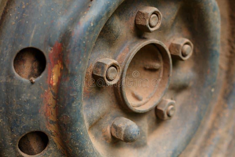 Vieux véhicule de voiture de roue d'alliage en métal image libre de droits