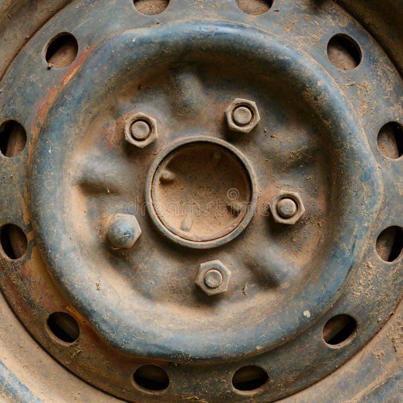 Vieux véhicule de voiture de roue d'alliage en métal images libres de droits