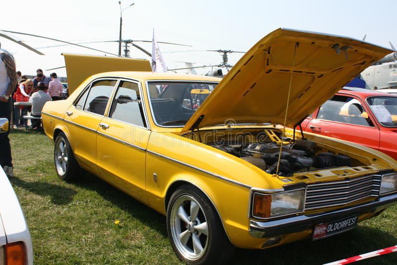 Vieux véhicule jaune image libre de droits