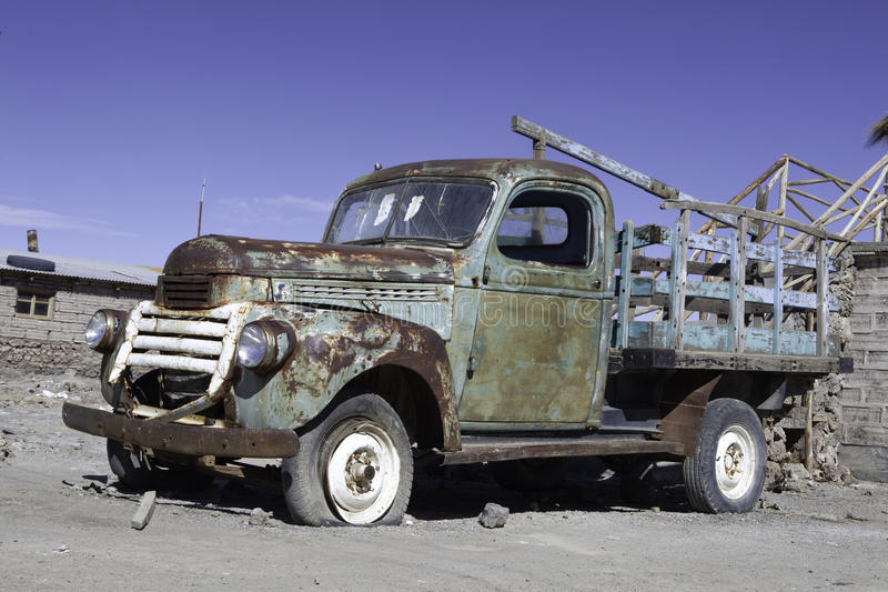 Vieux véhicule rouillé de rupteur d'allumage images stock