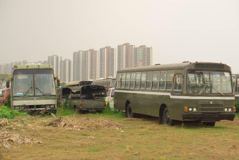 Vieux véhicules A été parti à la pelouse photographie stock