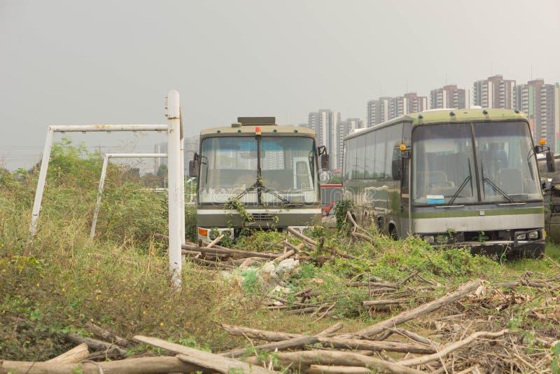 Vieux véhicules A été parti à la pelouse images libres de droits