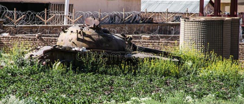 Vieux véhicules blindés hors d'usage et abandonnés en Afghanistan images stock