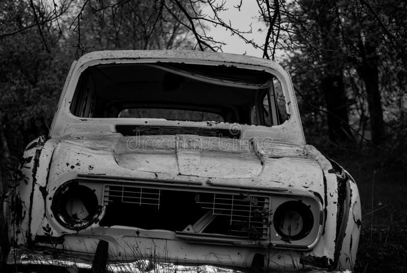 Vieux véhicules dans le Junkyard image stock