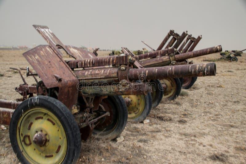 Vieux véhicules militaires, réservoirs et armes à feu en Afghanistan image libre de droits