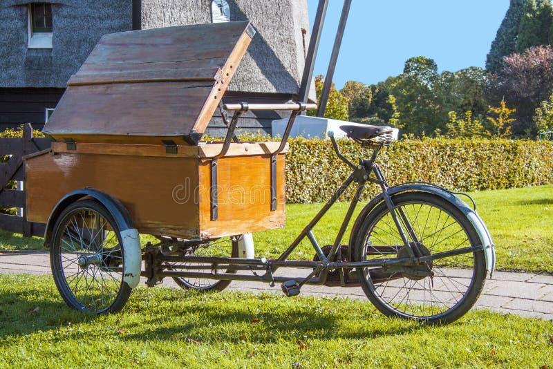 Vieux vélo de boulangerie image libre de droits
