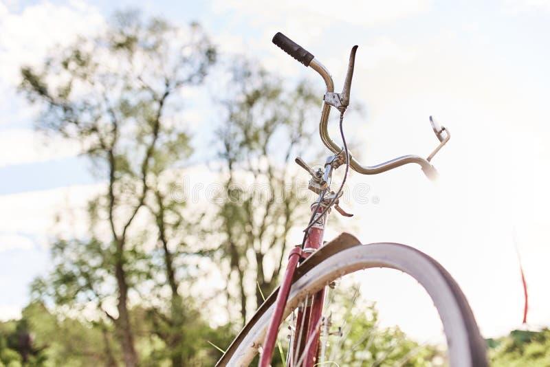 Vieux vélo rouge photos stock