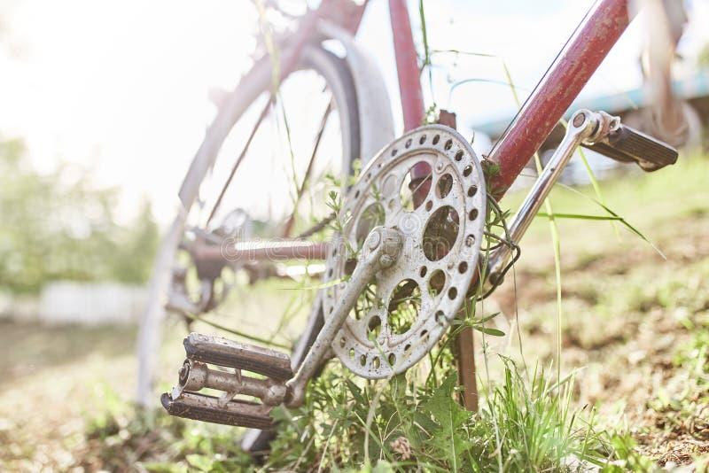 Vieux vélo rouge image stock