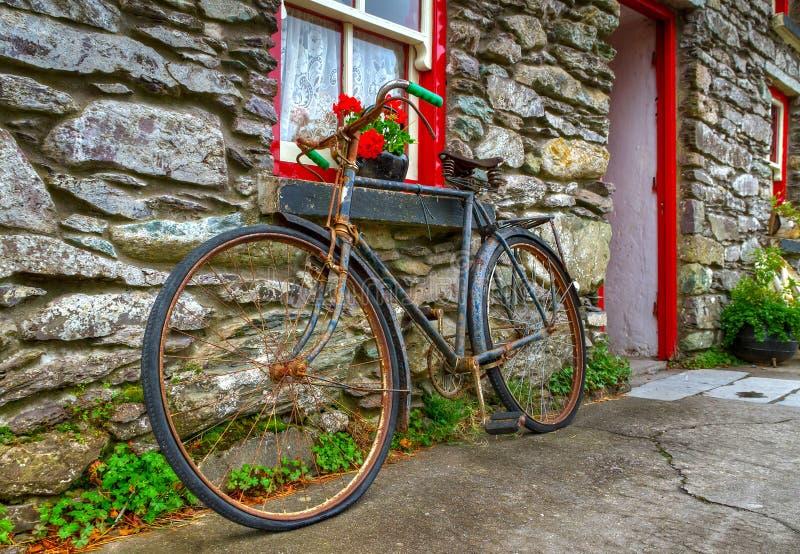 Vieux vélo rouillé image stock