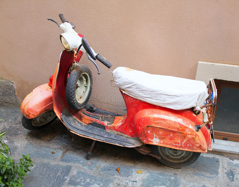 Vieux vélomoteur rouillé image libre de droits