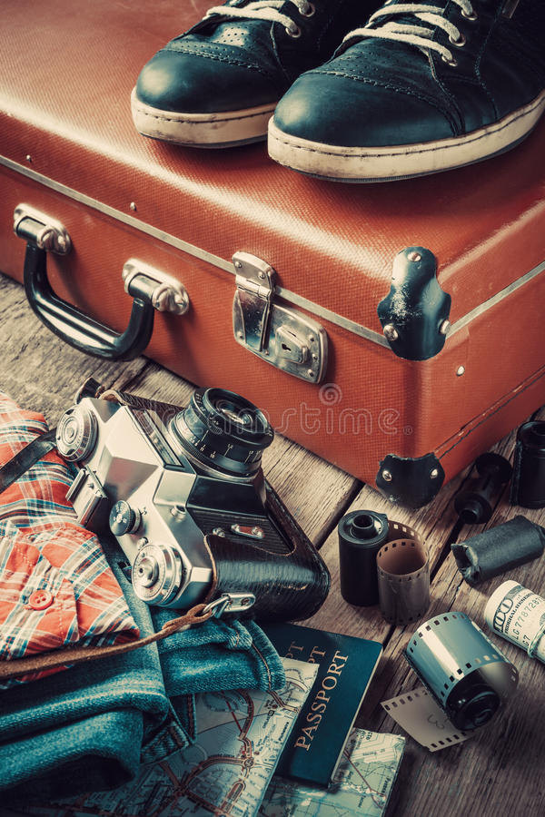 Vieux valise, espadrilles, habillement, carte et appareil-photo de voyage images stock