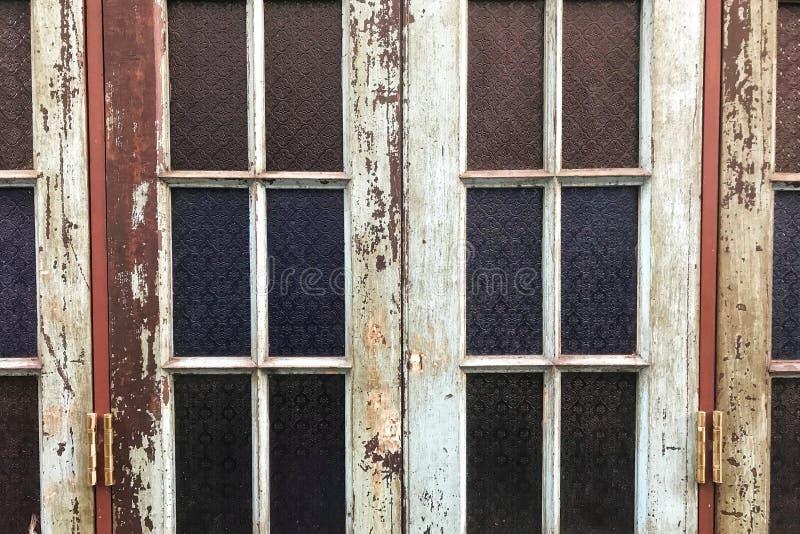 Vieux verre de tache avec le style classique et épluchées les couleurs du cadre en bois images stock